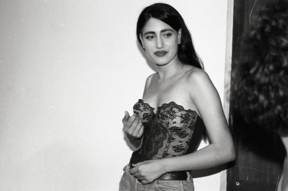 אלקבץ מאחורי הקלעים בתקופת הדוגמנות, 1986 (צילום: חלי גולדנברג)