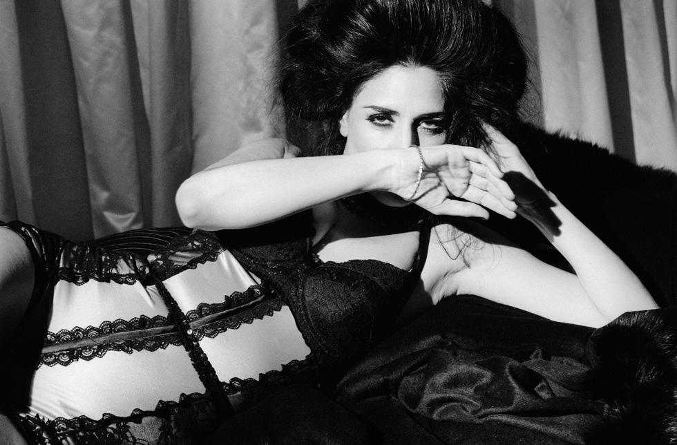 """בצילום מתוך התערוכה של שרון בק, """"1920"""". המחוך-בגד גוף עוצב בהזמנת אלקבץ על ידי רן צוריאל (צילום: שרון בק)"""