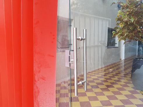 שהוחלפה בדלת זכוכית סטנדרטית ללובי (צילום: אורן אלדר)