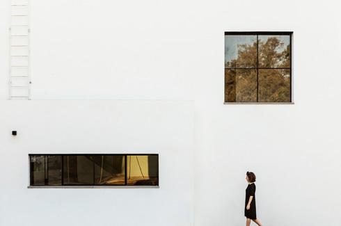 צד הבית: למעלה חלון הישיבה בגלריה, למטה חלון הסרט של המטבח (צילום: איתי בנית)