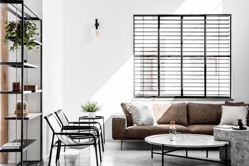 הסלון אוורירי. הרהיטים משלימים את התפיסה העיצובית (צילום: איתי בנית)
