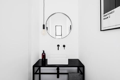 קירות לבנים עירומים בשירותי האורחים  (צילום: איתי בנית)