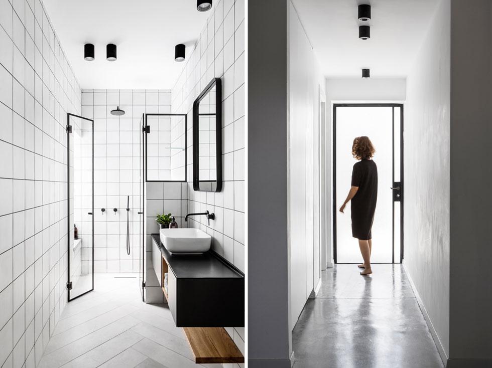בחזרה לקומת הקרקע: בקצה המסדרון יש דלת זכוכית, המובילה למרפסת שירות, ומחדירה עוד אור. בחדרי הרחצה (משמאל) ממשיך הקו העיצובי של הבית, וגם הם מאופיינים בצבעוניות שחורה-לבנה, עם מעט עץ טבעי (צילום: איתי בנית)