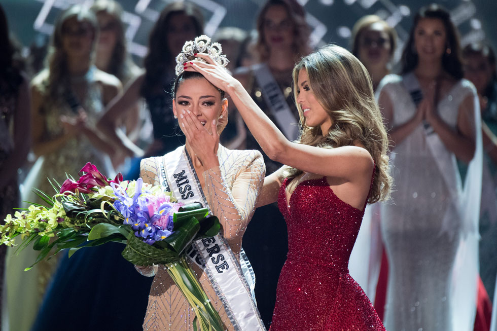 מיס יוניברס לשנת 2016 איריס מיטנר מעבירה את הכתר לדמי-לי נל פיטרס (צילום: Miss Universe / Matt Petit)