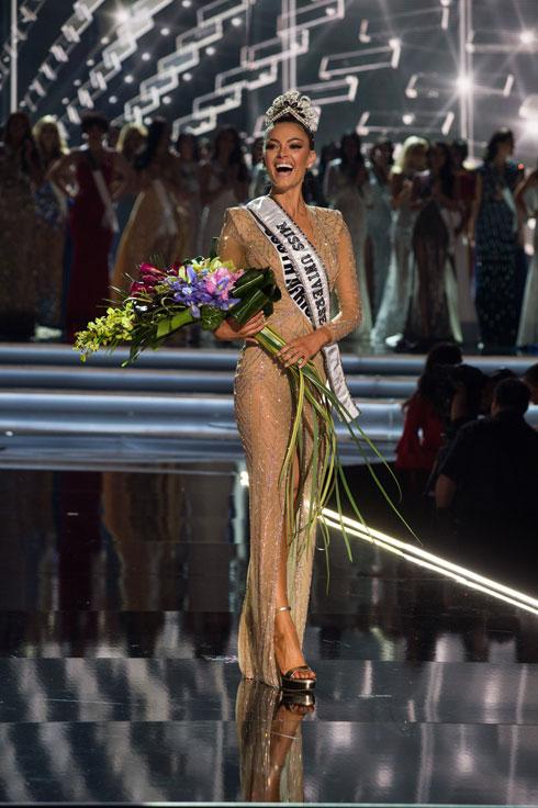 מיס יוניברס היוצאת דמי-לי נל פיטרס מדרום אפריקה, רגע אחרי ההכתרה לפני שנה (צילום: Miss Universe / Patrick Prather)