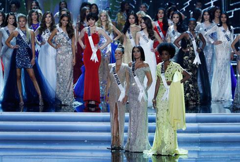 מימין: מיס ג'מייקה, מיס קולומביה ומיס אפריקה (צילום: AP)