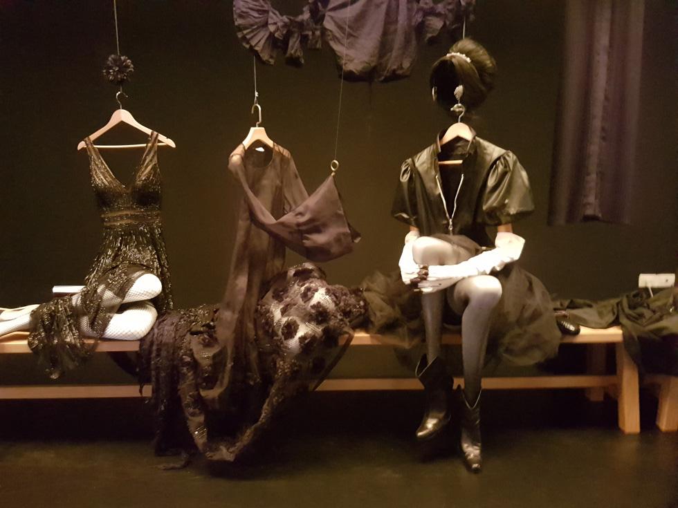 """מתוך התערוכה """"ז'ה טם, רונית אלקבץ"""", הנפתחת היום. כ-200 פריטי לבוש, תכשיטים ואביזרי אופנה  (צילום: איתי יעקב)"""