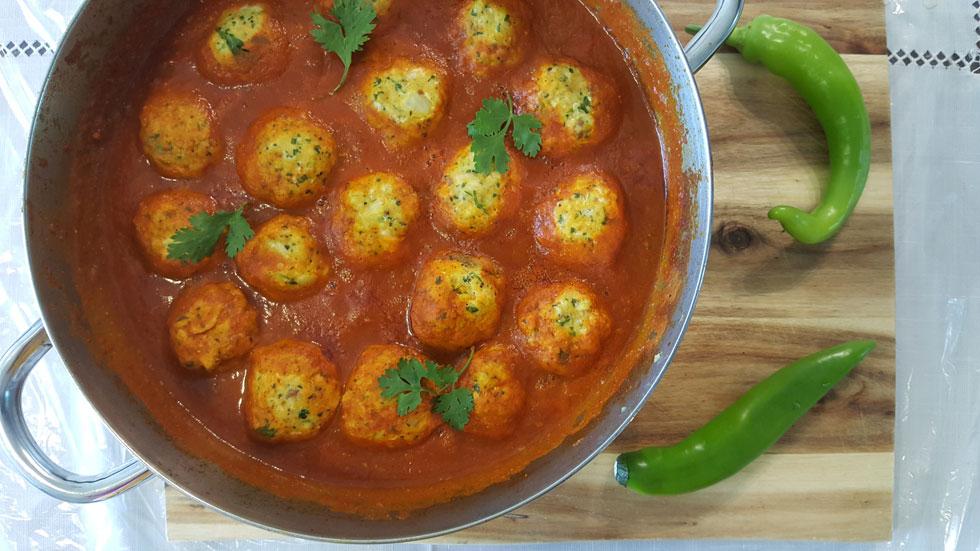 קציצות סלמון ברוטב עגבניות פיקנטי (צילום: מירי צדוק)