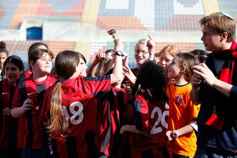 לייצר מציאות אלטרנטיבית. שוורץ בהענקת גביע הטורניר לקבוצה הזוכה, אצטדיון טדי 2012 (צילום: גיא יצחקי)