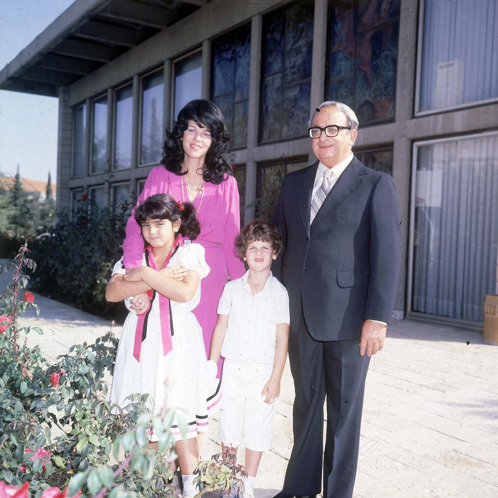יצחק נבון עם משפחתו בבית הנשיא (צילום: דוד רובינגר)