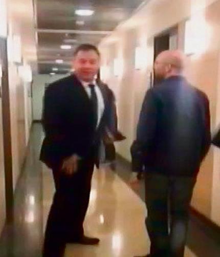 הורוביץ (משמאל) ליד חדרו של אמסלם | צילום: דפנ ליאל, חדשות 2