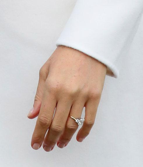 טבעת האירוסין עוצבה על ידי הארי עצמו, והיא מורכבת משלושה יהלומים, שניים מהעיזבון של אמו, הנסיכה דיאנה, ויהלום אחד מרכזי מבוטסואנה (צילום: Gettyimages)