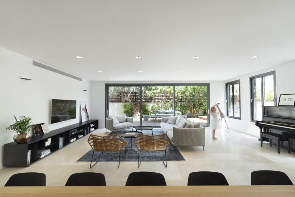 בית בתכנון פנינית שרת אזולאי. אפשר צבעים כהים, אבל רצוי כמה שפחות אלמנטים (צילום: גדעון לוין)
