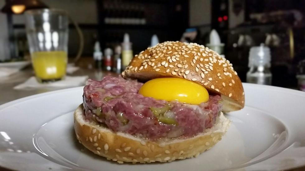"""התכוננו בשבילכם. המבורגר ב""""בר א וין"""" (צילום: ליאור פז) (צילום: ליאור פז)"""