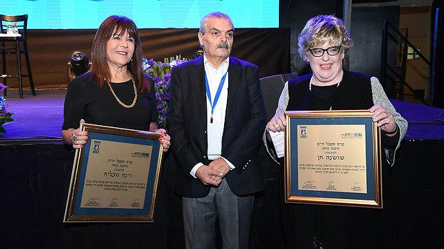 שושנה חן ורינה מצליח מקבלות את הפרס, אמש (צילום: אודי פורטל) (צילום: אודי פורטל)