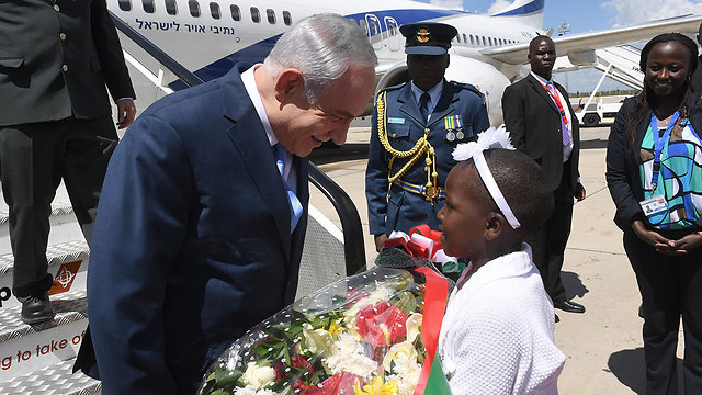 Netanyahu is greeted upon his arrival (Photo: Haim Tzach, GPO)