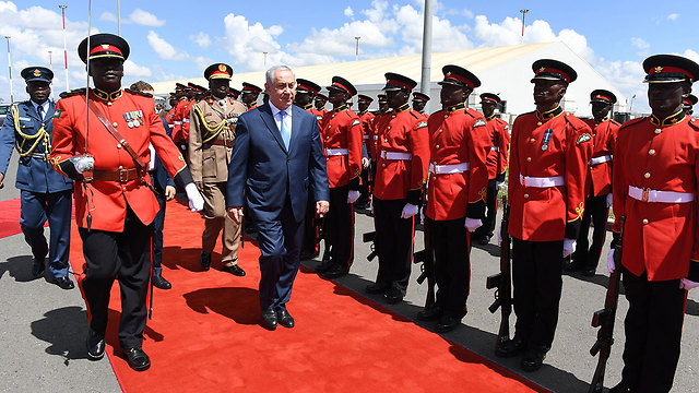 Honorary guard awaits Netanyahu in Nairobi (Photo: Haim Tzach, GPO)