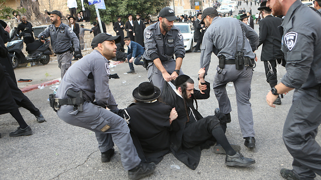 File photo from a recent Haredi protest in Jerusalem (Photo: Alex Kolomoisky)