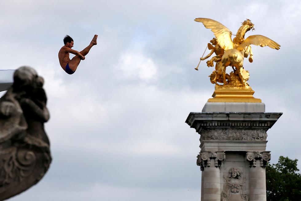 קופצים למימיו של נהר הסן בפריז (צילום: רויטרס)