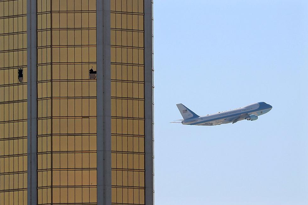 """מטוסו של נשיא ארה""""ב טס ליד המלון שממנו ירה מבצע הטבח בלאס וגאס (צילום: רויטרס)"""