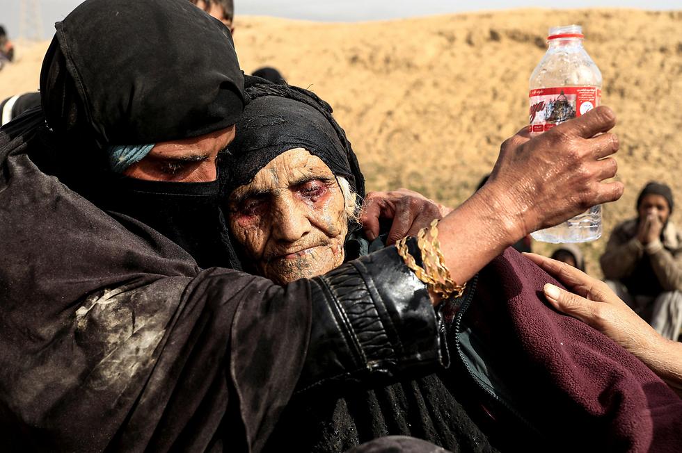 קשישה שפונתה מהעיר מוסול שבעיראק, שם התנהל השנה המבצע לסילוק דאעש (צילום: רויטרס)