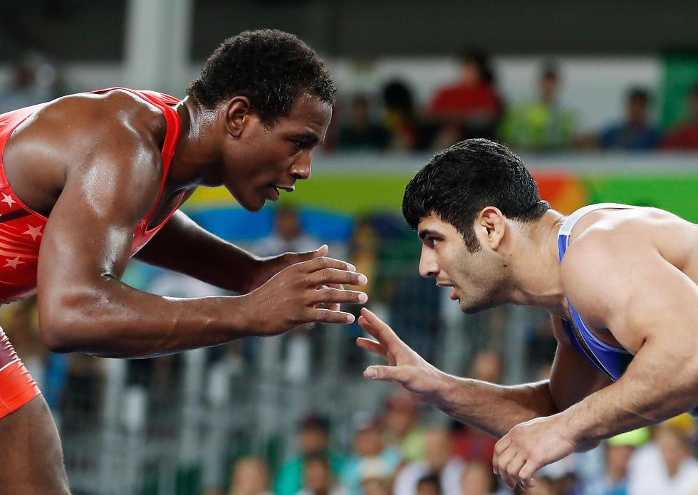 קרימי (מימין). רצה להתחרות (צילום: AFP) (צילום: AFP)