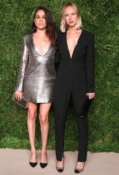 כמה נוח כשיש חברה שהיא מעצבת אופנה. מייגן מרקל ומישה נונו, שתיהן בבגדים שעיצבה נונו (צילום: rex/asap creative)