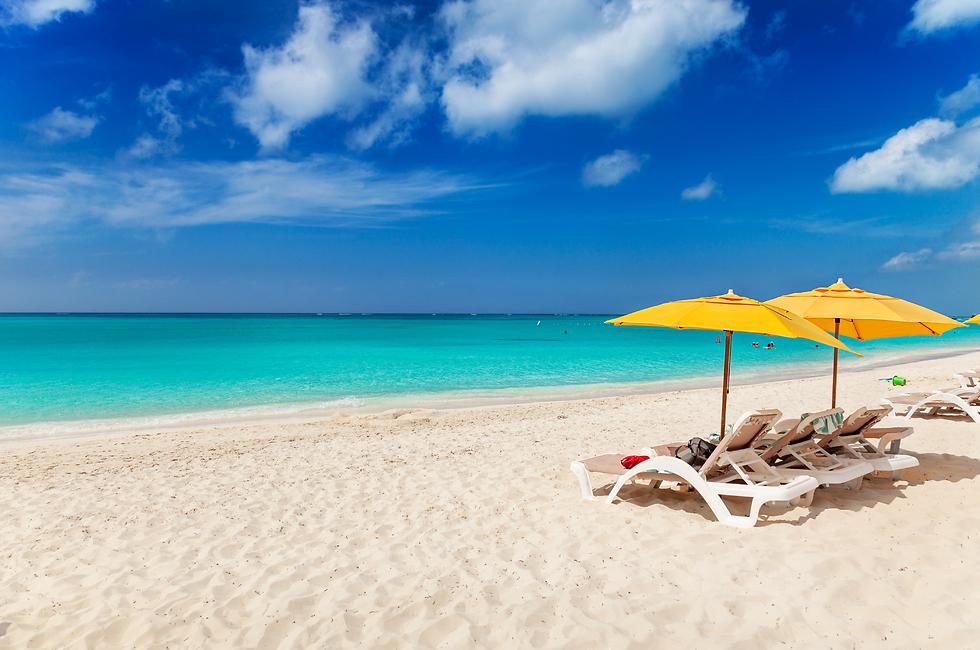 כיסאות נוח בחוף הטוב בעולם (צילום: שאטרסטוק)