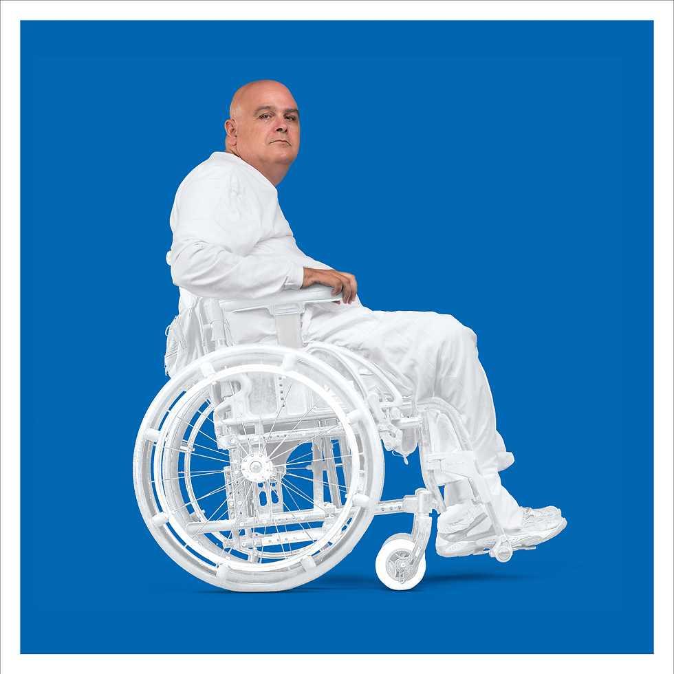 """יובל וגנר, יו""""ר עמותת נגישות ישראל. גרוש ואב לשלושה, מהוד השרון. היה טייס קרב. ב- 1987, במהלך טיסת אימונים התרסק המסוק עקב תקלה טכנית דרומית לבית שאן וגנר נפצע קשה ונשאר משותק מהצוואר ומטה ורתוק לכיסא גלגלים לצמיתות.  (צילום: מנחם רייס) (צילום: מנחם רייס)"""