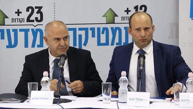 """השר בנט ומנכ""""ל משרד החינוך, שמאול אבואב (צילום: מוטי קמחי)"""