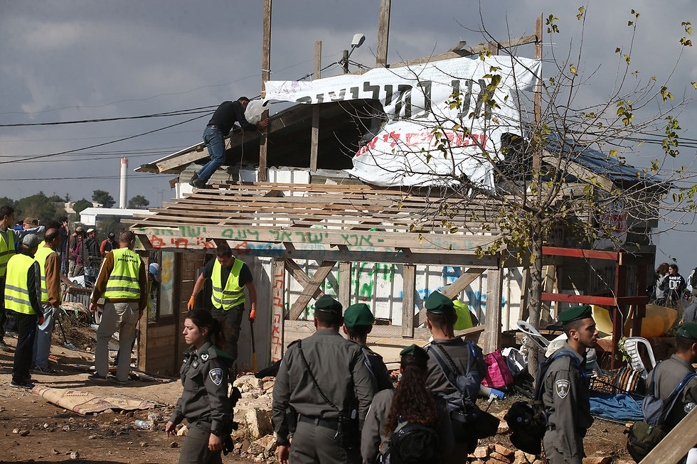 Demolition of Netiv Ha'avot carpentry shop (Photo: Ohad Zwigenberg)