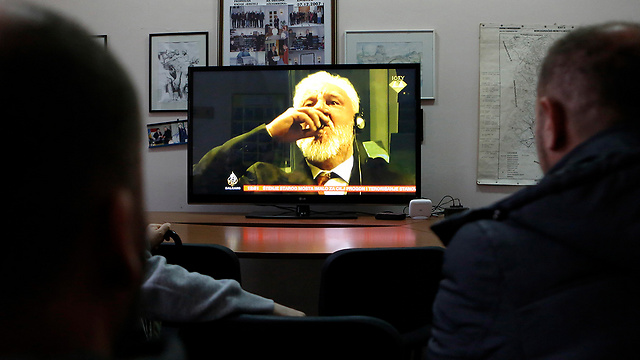 Bosnian citizens watching the drama unfold live on TV (Photo: EPA)