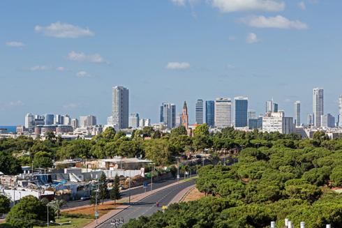 נוף המגדלים של תל אביב נשקף מהמרפסת (צילום: שירן כרמל)