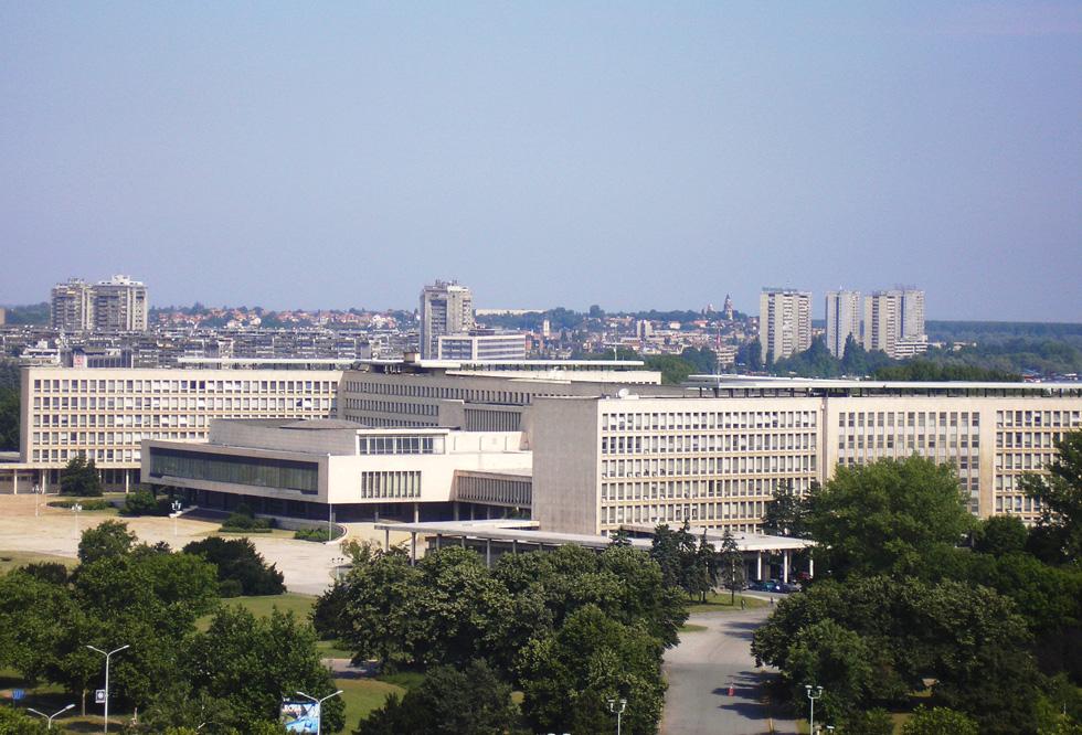 מבט מרוחק יותר על הבניין הענק, אחד הבולטים בסגנון המודרניסטי בבלגרד, שמזכיר את ימיה הגדולים כבירת יוגוסלביה - רחוק ממצבה העגום כיום ביחס לשכנותיה קרואטיה וסלובניה (צילום: Michael Angelkovich, cc)