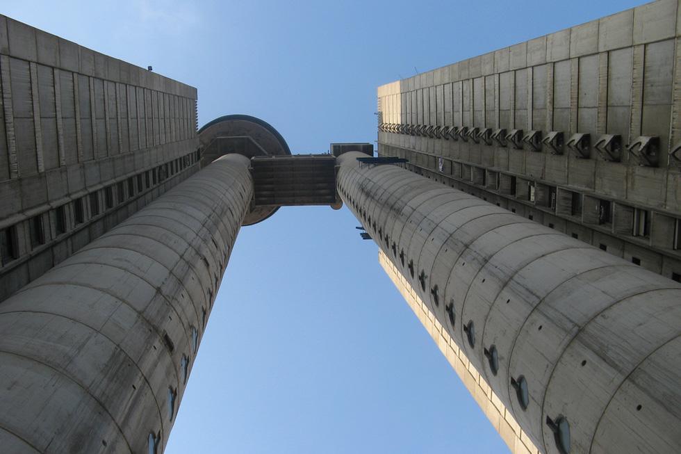 בלגרד היא מגרש משחקים עצום של הסגנון הברוטליסטי. מגדל Genex, שאותו רואים בדרך משדה התעופה לעיר, הוא אייקון בולט של הזרם האדריכלי הזה (צילום: Filip Maljković, cc)
