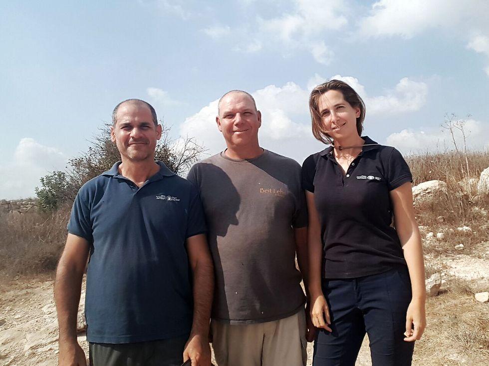 """מנהלי החפירה (מימין לשמאל): מיכל הבר, ד""""ר אורן גוטפלד ופבלו בצר (צילום: רשות העתיקות ) (צילום: רשות העתיקות )"""