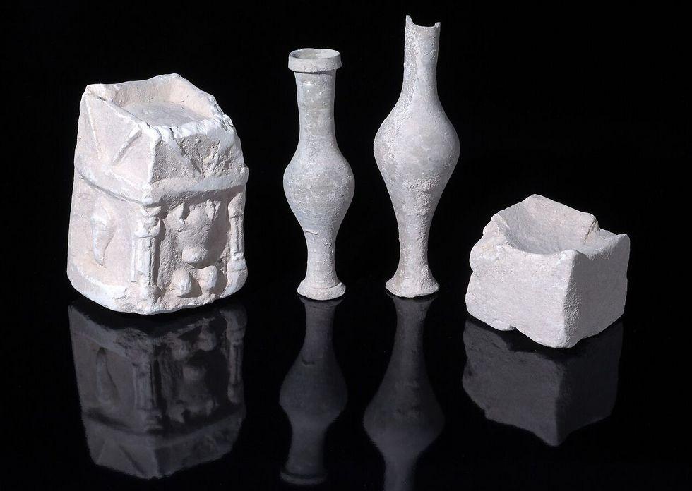 כלי פולחן שנחשפו באחד מחדרי המבנה (צילום: קלרה עמית, רשות העתיקות ) (צילום: קלרה עמית, רשות העתיקות )