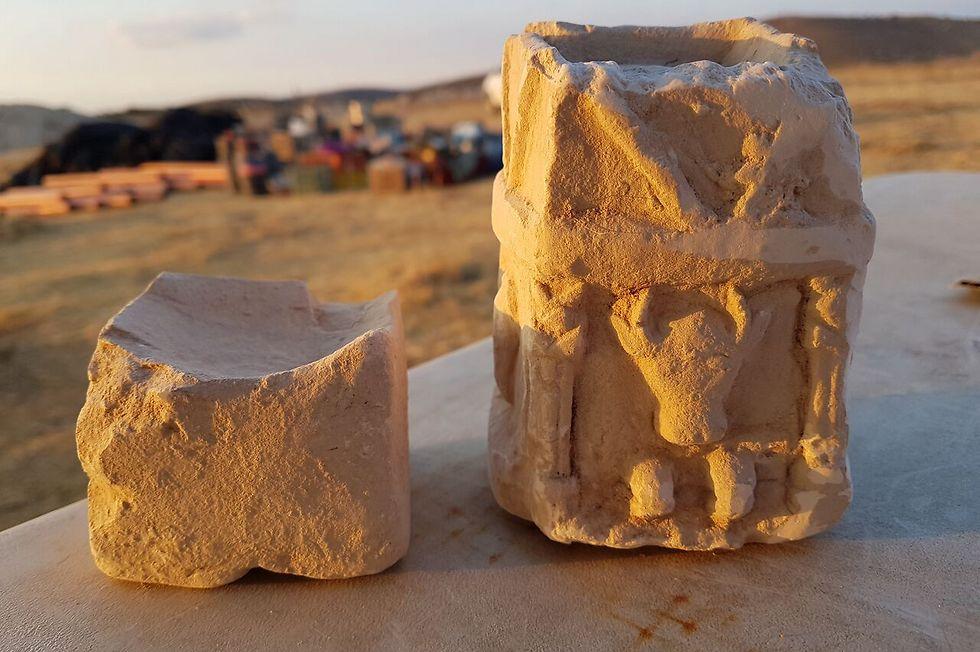 שני המקטרים הפולחניים שנמצאו באחד מחדרי המבנה (צילום: צילום: מיכל הבר, רשות העתיקות) (צילום: צילום: מיכל הבר, רשות העתיקות)