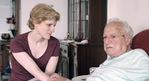 """גיל עם סבה שלה, יוחנן, בסרט. """"ברגע שהוא התחיל לדבר גרמנית עם קאת, העיניים שלו נדלקו, כאילו התעורר בו הילד הקטן שהוא היה פעם"""" (צילום: מתוך הסרט """"בחזרה אלך ארץ האבות"""")"""