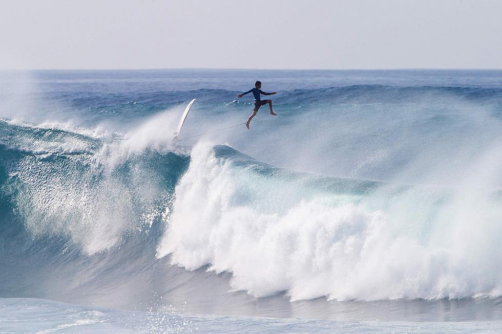 הגולש בלאראם סטאק נתפס ברגע יוצא דופן בהוואי (צילום: AFP)