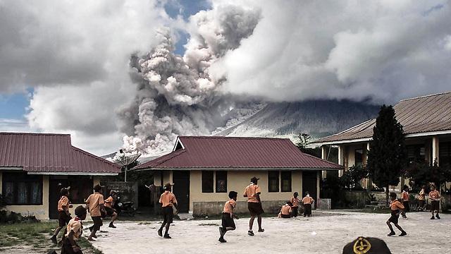 בית ספר יסודי למרגלות הר הגעש האינדונזי סינבון, הפולט אפר (צילום: AFP)