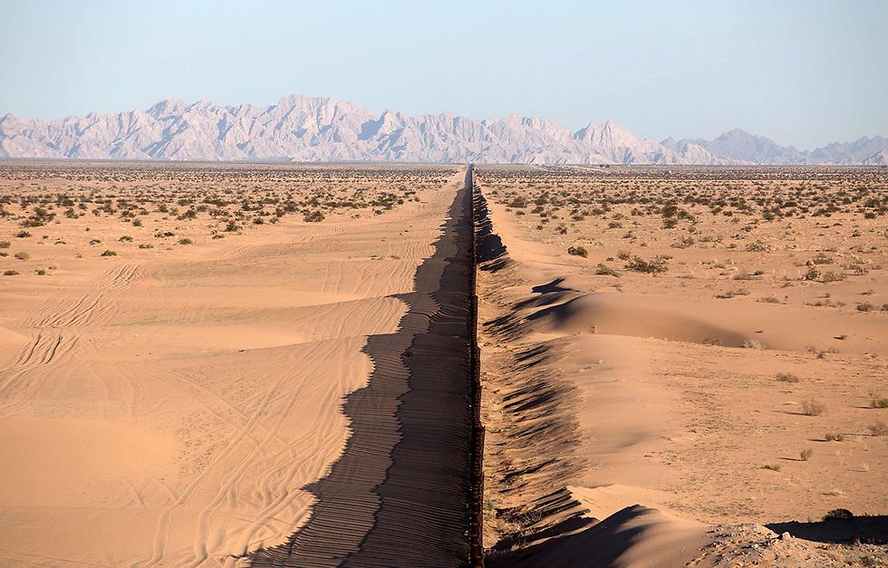 """חלק מהחומה המפרידה בין ארה""""ב למקסיקו. הנשיא האמריקני טראמפ הבטיח להקים חומה גדולה בהרבה ולחייב את מקסיקו לממן אותה (צילום: AFP)"""