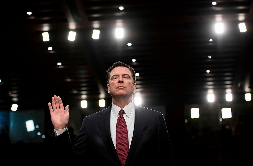 ראש ה-FBI לשעבר ג'יימס קומי מעיד בשבועה בשימוע בסנאט. קומי הוא דמות מפתח בחקירה נגד התנהלות הנשיא טראמפ בפרשת ההתערבות הרוסית בבחירות (צילום: AFP)
