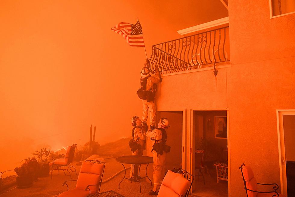 מכבי אש מקליפורניה נאבקים בלהבות בגל שריפות נוסף במדינה (צילום: AFP)