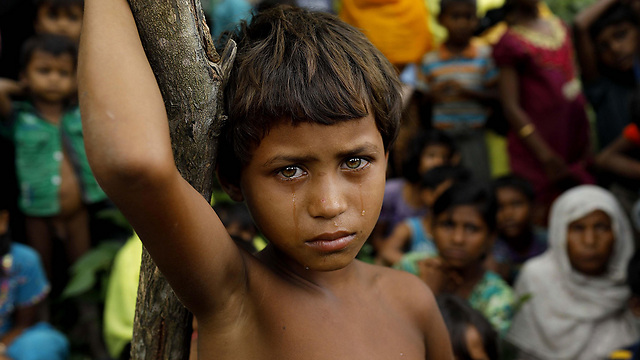 ילדה פליטה מבני הרוהינגה שברחו ממיאנמר לבנגלדש. גורמים בינלאומיים טוענים כי בוצע רצח עם בבני הרוהינגה (צילום: AFP)
