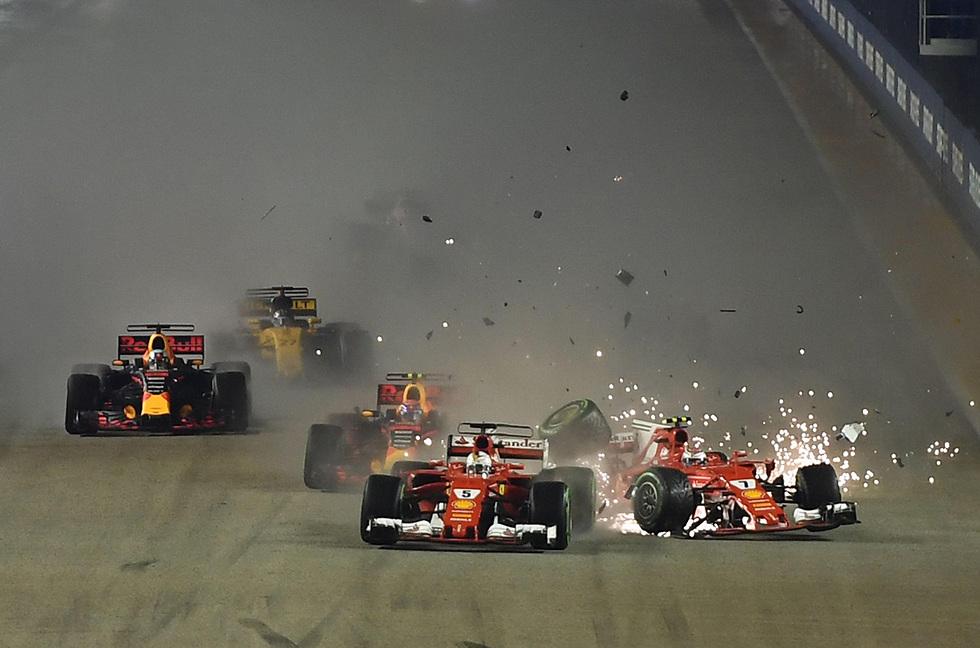התנגשות בין מכוניותיהם של נהגי המרוצים קימי רייקונן וסבסטיאן פטל במרוץ פורמולה 1 בסינגפור (צילום: AFP) (צילום: AFP)