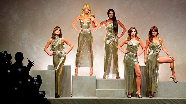 דוגמניות-על בתצוגת אופנה של ורסצ'ה במילאנו. מימין: הלנה כריסטנסן, סינדי קרופורד, נעמי קמפבל, קלאודיה שיפר וקרלה ברוני (צילום: AFP)