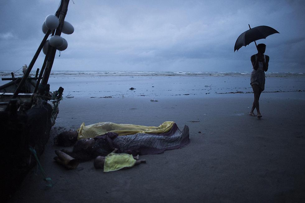 פליטים מתים מבני רוהינגה ממיאנמר - על החוף בבנגלדש (צילום: AFP)