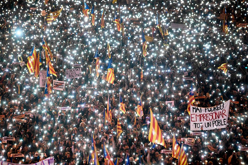 תומכי הכרזת העצמאות של קטלוניה מפגינים בברצלונה. ממשלת ספרד פיזרה את הפרלמנט של קטלוניה, עצרה את מובילי תנועת העצמאות - וחסמה את דרכו של החבל להיפרדות מהמדינה (צילום: AFP)