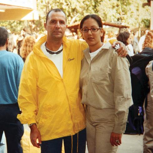"""עם אביה, שמעון ז""""ל, שנרצח בפיגוע. """"אביאל דומה לו בחיוך ההורס"""" (צילום: אלבום פרטי)"""